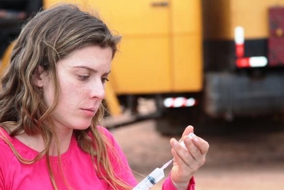Karina Oliani administrando injeção