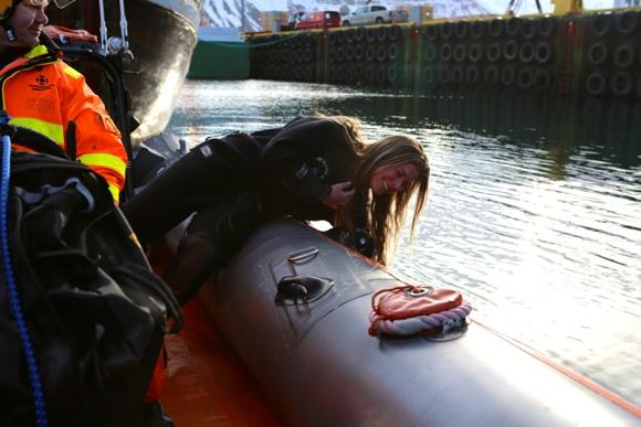 Karina se preparando para mergulhar