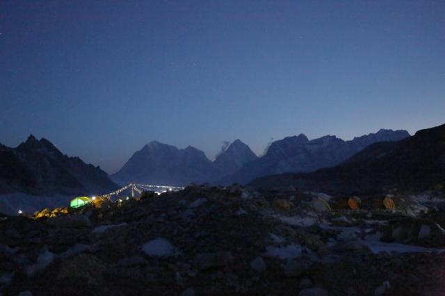 acampamento base a noite