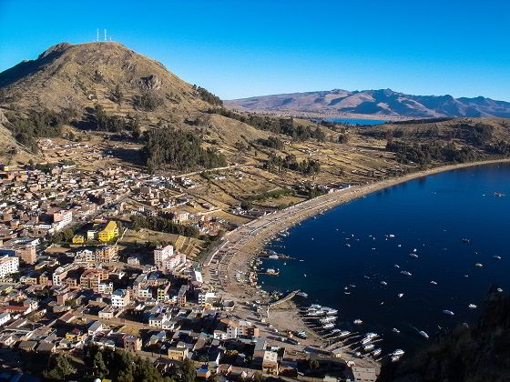 cidade as margens do lago titicaca