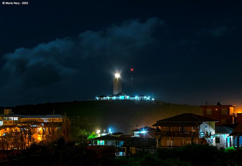 Vista noturna do Farol de Santa Marta. | Foto: Mario Nery