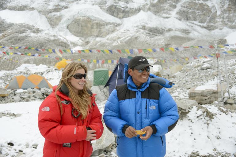 karina-e-pemba-sherpa-mno-acampamento-base-(creditos-Wally-Berg)