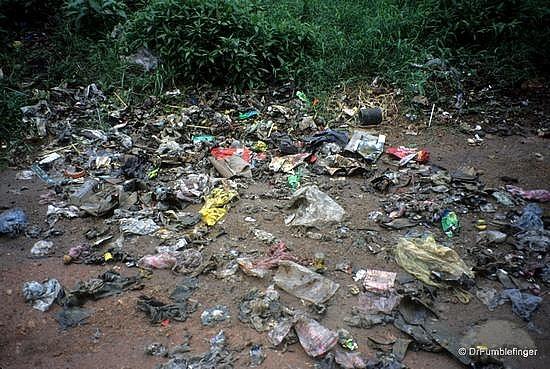 Trilha cheia de lixo