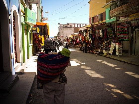 Modo tradicional de transportar os bebês na Bolívia
